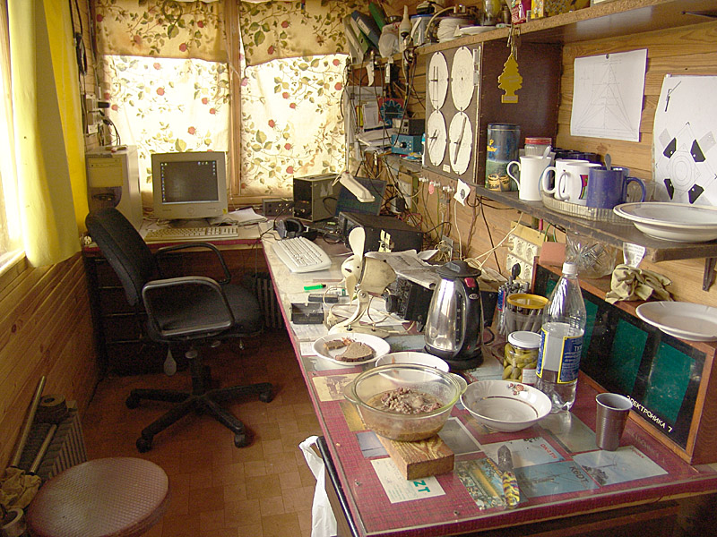 LY1PM shack interior